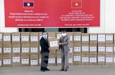 Hình ảnh Lào tiếp nhận hàng viện trợ chống COVID-19 của Việt Nam