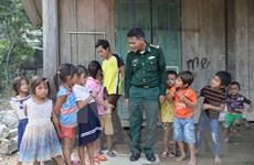 Chiến sỹ đồn biên phòng Làng Mô hỗ trợ người dân khi lũ rút
