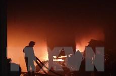 Bình Dương: Cháy 3 nhà kho chứa phế liệu, 2 lính cứu hỏa bị ngạt khí