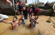 [Photo] Cứu trợ người dân bị ảnh hưởng lũ nặng nề ở Quảng Binh