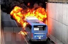 TP.HCM: Xe buýt bất ngờ cháy rụi khi đang lưu thông trong hầm chui