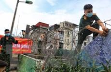 [Photo] Hà Nội: Lập hàng rào dây thép gai tại khu vực phong tỏa