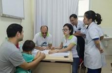Chuyên gia quốc tế khám, tư vấn cho trẻ em mắc bệnh tiết niệu