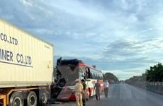 Nghệ An: Xe du lịch đâm vào đuôi xe container, 15 người thương vong