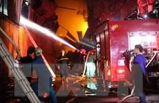 """Lính cứu hỏa, người dân """"trắng đêm"""" khắc phục cháy ở Công ty Rạng Đông"""