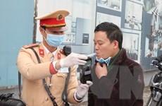 Cảnh sát Hà Nội đảm bảo vệ sinh phòng dịch khi kiểm tra nồng độ cồn