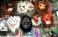 Hà Nội: Thị trường đồ hóa trang sôi động trước ngày Halloween