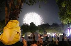 Khoảnh khắc đếm ngược đón chào năm mới 2021 của người dân Thủ đô