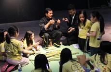 Giới thiệu cách chế tác nhạc cụ của người Khơ Mú tới khán giả Hà Nội