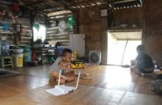 Chiếc điện thoại nối dài nhịp học tập ở xóm phao sông Hồng