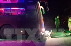 Xe ben và 2 xe khách rượt đuổi nhau vì bật đèn pha gây chói mắt