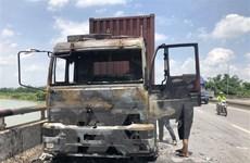 Xe đầu kéo bất ngờ cháy rụi khi đang chạy trên quốc lộ 5