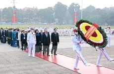 Đại biểu dự Đại hội Thi đua yêu nước toàn quốc vào Lăng viếng Bác