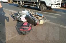 Xe máy qua đường gây tai nạn liên hoàn, ba người thương vong