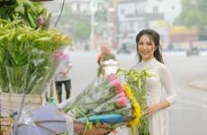 [Photo] Thiếu nữ Hà thành e ấp bên sắc hoa loa kèn tháng Tư