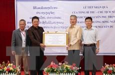 Trao quà của Tổng Bí thư, Chủ tịch nước cho Trường song ngữ Lào-Việt