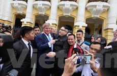 Cặp đôi 'Trump- Kim Jong-un' tươi cười chụp ảnh cùng người dân Hà Nội