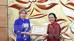 Trao kỷ niệm chương tặng Đại sứ Cộng hòa Armenia tại Việt Nam