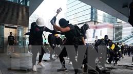 Trung Quốc cấm vận chuyển quần áo màu đen tới Hong Kong