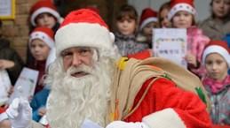 """Ông già Noel Mỹ """"đe dọa"""" vị trí của Cha Giáng sinh Đức"""