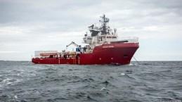 Italy cho phép tàu cứu hộ chở hàng trăm người di cư cập cảng