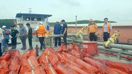Chìm tàu trên sông Lòng Tàu: Hút khẩn cấp 150 tấn dầu khỏi tàu