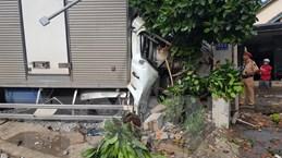Bình Phước: Xe tải đâm nát xe máy, lao vào nhà nhà dân