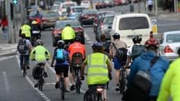 Ireland: Ôtô vượt xe đạp phải giữ khoảng cách tối thiểu 1 mét