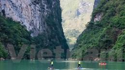 Hàng trăm vận động viên chèo thuyền chinh phục thắng cảnh hẻm Tu Sản