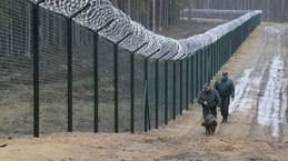 Latvia xây dựng hàng rào dây thép gai tại biên giới với Nga
