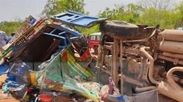 Xe buýt đột ngột bị nổ lốp đâm xe tải, gần 40 người thương vong