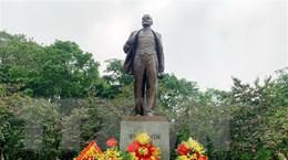 Đoàn thanh niên thành phố Hà Nội dâng hoa tại Tượng đài Lenin