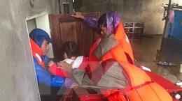 Những cán bộ cơ sở ở Hà Tĩnh quên mình giúp dân trong mưa lũ