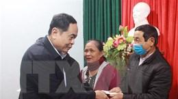 Chủ tịch Ủy ban Trung ương MTTQ Việt Nam tặng quà người dân Quảng Trị