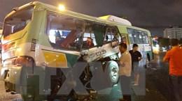 Long An: Xe tải đâm thẳng vào xe buýt, nhiều người bị thương