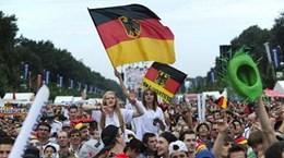 Cúp vàng thế giới đã về tới Berlin, biển người đứng chờ đợi
