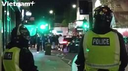 [Video] Fan Chelsea đánh nhau với cảnh sát sau khi đội nhà vô địch