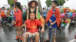 Cổ động viên gãy cột sống 6 năm 'vịn' xe lăn đón U23 Việt Nam