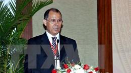 """Trao Kỷ niệm chương """"Vì hòa bình và hữu nghị"""" tặng Đại sứ Maroc"""