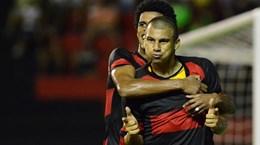 [Video] Siêu phẩm sút xa từ giữa sân ở giải vô địch Brazil