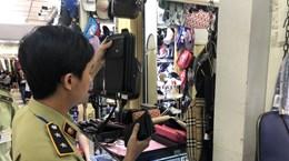 Tạm giữ nhiều ví, túi xách nghi giả nhãn hiệu tại chợ Bến Thành