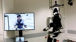 [Video] Nhờ loại robot mới, người bị liệt tứ chi có thể đi lại