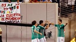 Chicharito đánh gót đưa Mexico lọt vào bán kết!