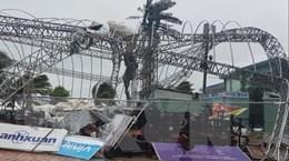 Bão số 9: Đà Nẵng mưa to, gió mạnh và thổi bay biển nhiều quảng cáo