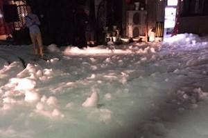 Cận cảnh bọt trắng bí ẩn phủ dày các phố ở Nhật Bản sau động đất