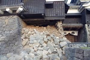 Lâu đài Kumamoto 400 tuổi bị hư hỏng sau động đất kinh hoàng