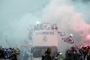 """Real Madrid hân hoan rước cúp Champions League về """"thánh địa"""""""