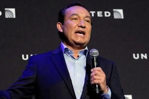 CEO United Airlines xin lỗi vì vụ kéo lê khách gốc Việt khỏi máy bay