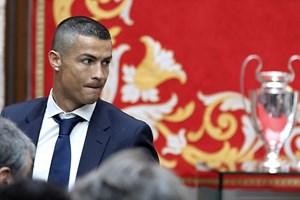 Ronaldo ăn mừng ngôi vương Champions League bằng kiểu tóc mới