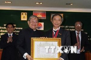 Campuchia trao Huân chương cho cán bộ Ngoại giao và Báo chí Việt Nam